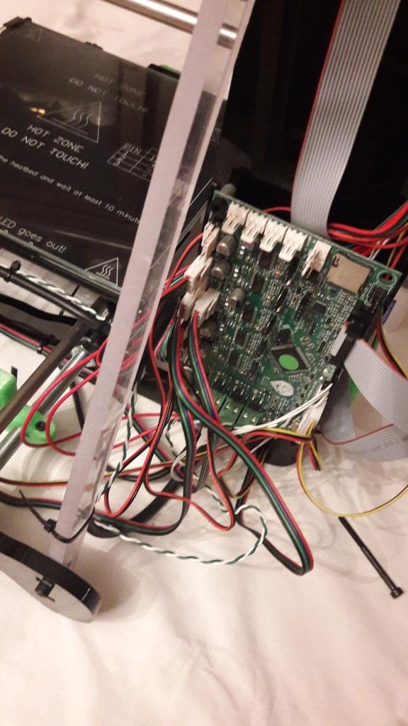 Ya sólo restaba montar la parte electrónica de la impresora, colocar fuente de alimentación, la pantalla LCD y conectar los diferentes buses de los componentes a la placa de control (LionHeart PRO).