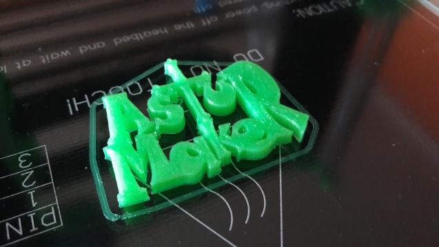 Una vez nivelada la plataforma de impresión, llegaba el momento de empezar a fundir plástico, con la muestra de PLA que venía incluida en el kit.